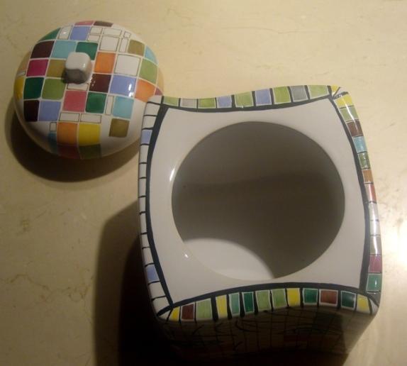Pas tout à fait un cube et un couvercle tout rond