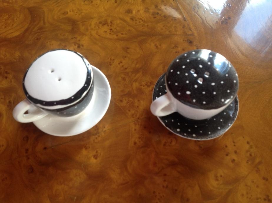 Duo sel poivre dans soucoupes noir et blanc