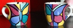 Deux grandes tasses, toujours à papillons très colorés, détourés en noir, Toronto