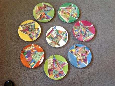 8 petites assiettes exactement dans mon style: couleurs, géométrie, calligraphie, détails invisibles
