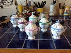 ensemble de 6 petits pots avec anses et couvercles, décoré à la plume en noir et peint de toutes couleurs