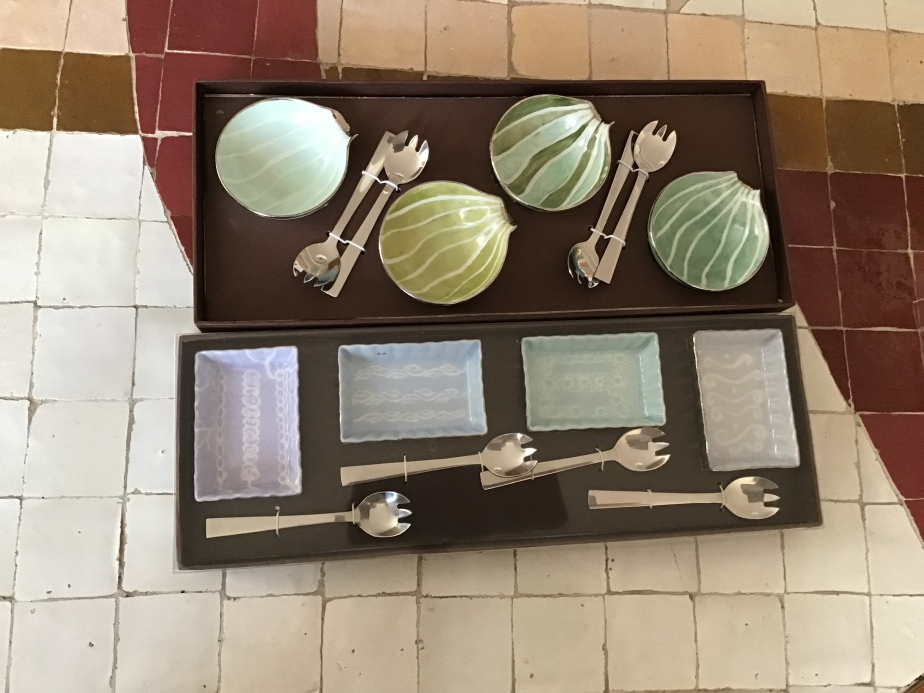 Set de 4 coupelles calligraphiées sur fonds verts ou bleus pour cuillèresapéritives